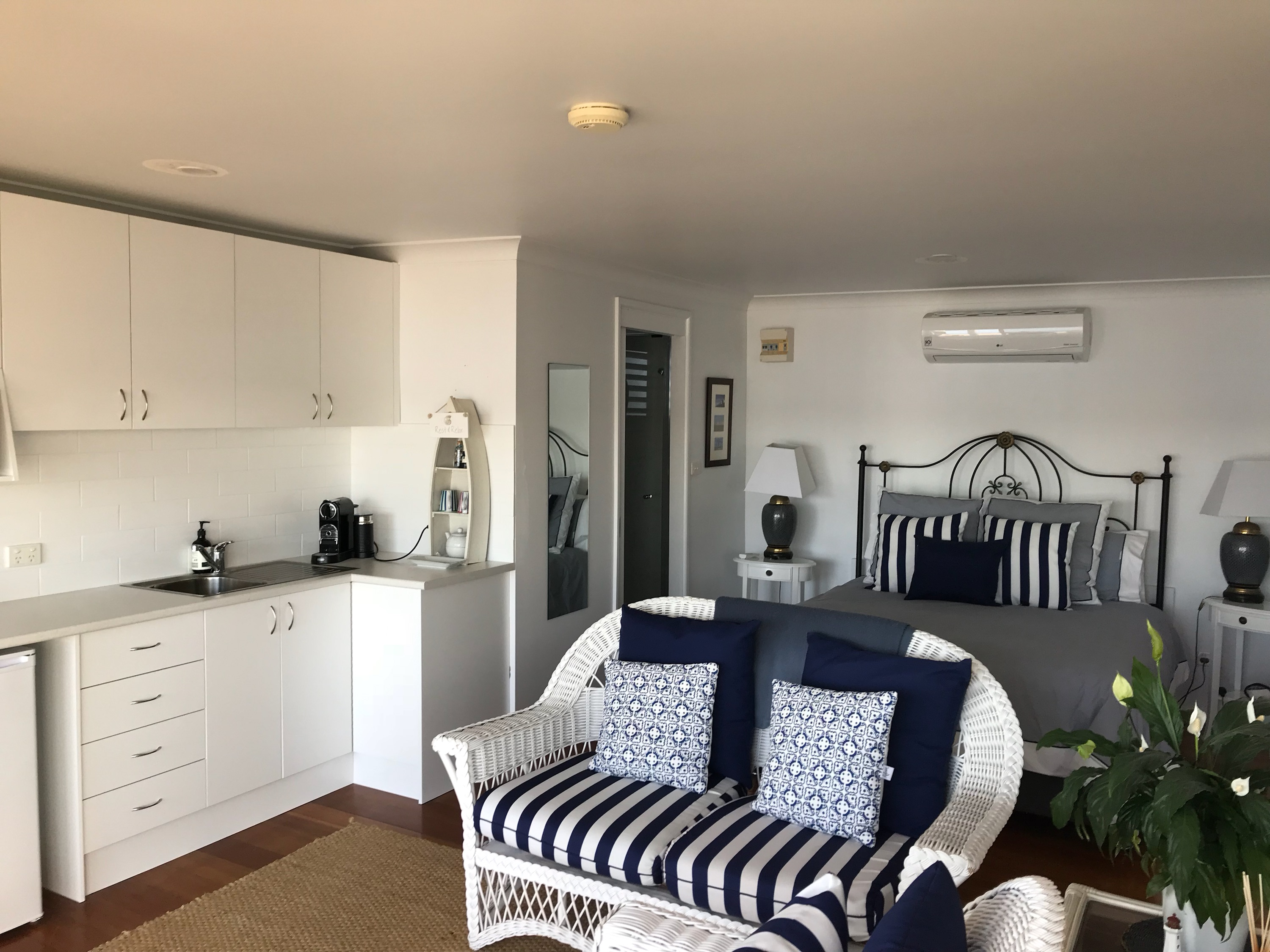 Bed Breakfast Lake Macquare - Waterfront, Kitchennette and Spa Accommodation